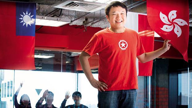 易訂網所屬三二三網路科技,在香港、東南亞都有據點,創辦人陳翰林(圖前)刻意在台北總部辦公室的天花板,掛上各國國旗,提醒員工赴美上市的夢想。