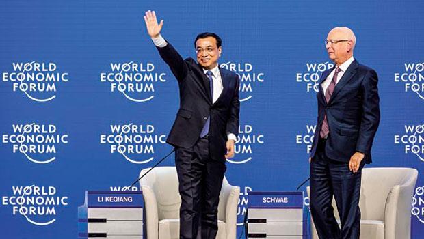 中國國務院總理李克強(左)在世界經濟論壇演說時強調,中國經濟不會「硬著陸」。圖右為創辦人施瓦布。