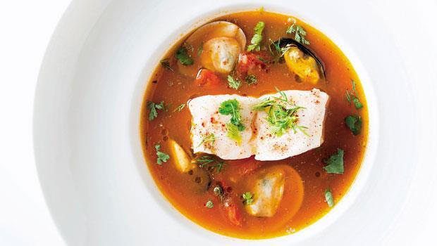石老魚搭配西西里橄欖番茄海鮮湯,以義式料理手法烹調台灣本地食材,端出滋味鮮甜的風格料理,成為許多客人指名品嘗的美味。