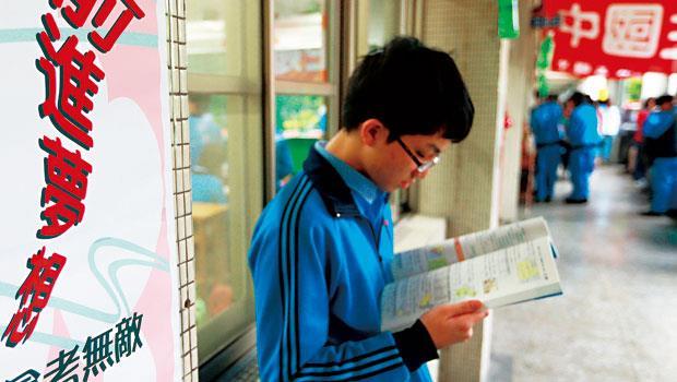 距離國中會考不到4個月,專家建議與其把時間平均分配給5科,不如專注衝刺最擅長的科目,更有利快速拉高會考總積分。