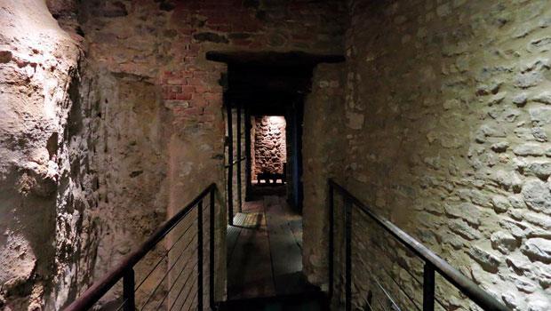 旅店像是許多古穴的集結,讓人落入中古世紀的神秘氛圍中。