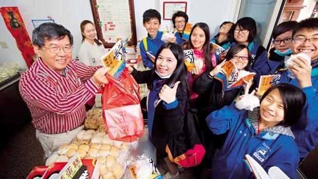 認同巨大董事長劉金標的經營觀與人生哲學,鄭永豐(左)購入千本新書和上門買包子的客人分享。