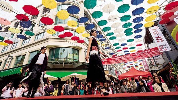 歷經整合店家、協調居民,從被質疑到店家要求延長展期,歷經15-個月的等待,才打造出全台唯一葡萄牙風情的雨傘藝術裝置街;街頭走T台》刻意引進年輕人的創意發想,幫熟齡商圈注入活水,走秀從不被看好,到學校老