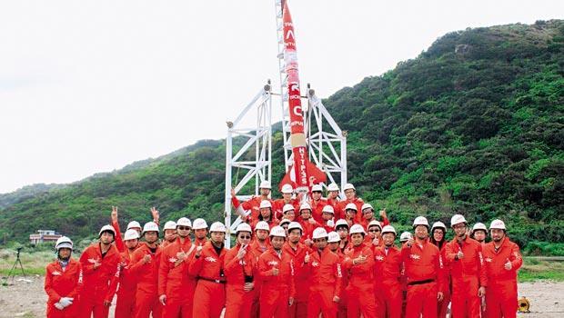 ARRC去年發射的火箭突破世界學術圈的紀錄,風光背後,卻是趕毒蛇、拔草、堆鵝鑾石等克難「創新」技法。