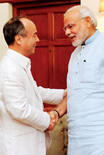 孫正義握住印度總理莫迪(右)的手,在在證明,印度是他眼中下一個淘金之地。