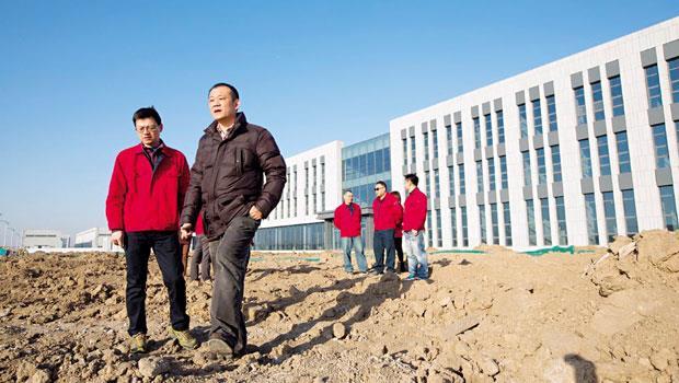 難關品質》天津廠房周圍2萬多坪黃土,一棵樹也沒有,張訓嘉(左2)要以此為大本營,建廠與人才品質都是考驗。
