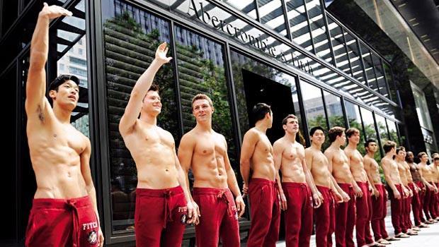 A&F常在門市外亮出猛男、辣妹的人肉招牌,強調性感路線。