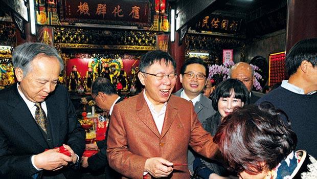 廟董陳忠源(左)人脈廣布藍綠陣營,意外讓覺修宮成了眾多政治明星聚集之地(中為柯文哲)。