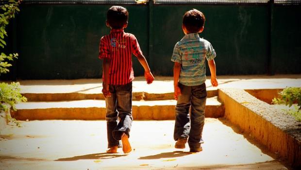 「弟弟可愛又好帶...」父母無心的話造成誤會,3方法幫孩子面對「偏心效應」
