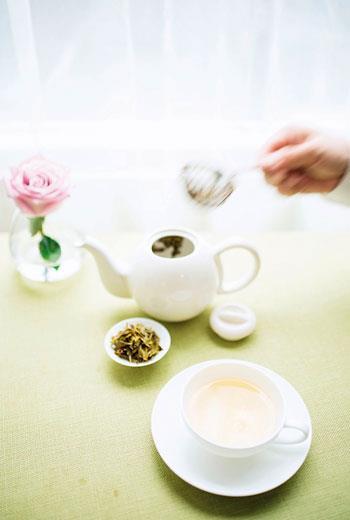 大吉嶺春摘茶不像一般重發酵的紅茶,清澈如月,蜜香濃郁。