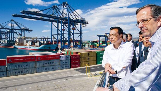 中國總理李克強(右2)去年視察比雷埃夫斯港,不料今年希臘新政府一上台,就宣布停止該港民營化。