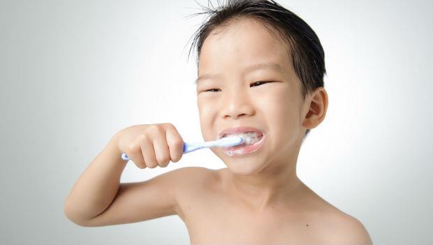 「牙齒刷乾淨了沒?」幫孩子做牙齒清潔檢查,該查到幾歲?