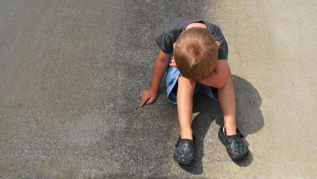 在喪禮會場,為什麼小男孩寧可被罵,也要抬腳踢去世的爺爺?