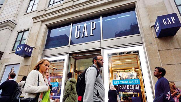 Gap曾向新世代靠攏,轉型成小甜甜布蘭尼風格,大受批評。2002年,它邀50位名人身穿Gap服飾造勢,大打廣告「獻給每一個世代」,挽回了部分核心顧客的心。