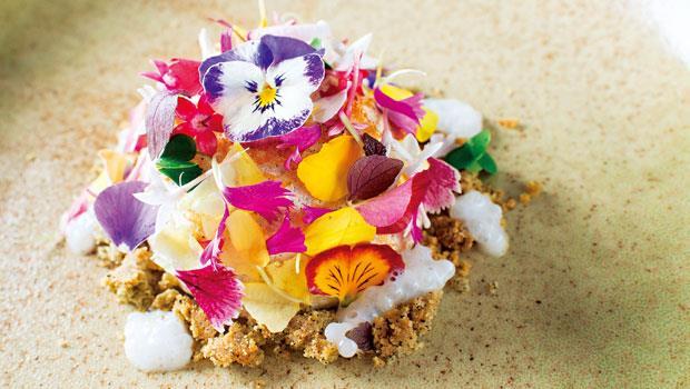 鋪滿食用花的「蛋白糖霜餅」,內餡包八寶芋泥,很有春天的滋味。