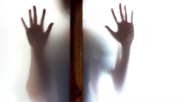 「我還記得黑暗中嘴巴被硬塞...」她害怕跟老公上床的原因,就埋在20年前的那一夜