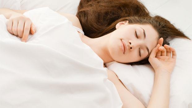 睡姿錯了,躺再久都覺得累!仰躺、側睡、趴睡...哪個姿勢最能幫大腦排毒?