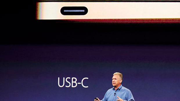 拚命追求極簡的蘋果,這次拔掉所有的插孔,讓筆電看起來就像一台有鍵盤的iPad,力拱一孔多用途的Type-C 連接器接口成為下一代行動裝置通用新標準。