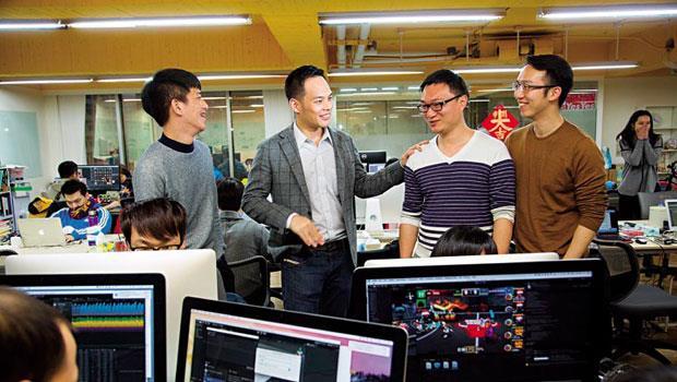 之初創投創辦人林之晨(左2)笑稱,傳統創投談了幾次就投資,像是相親;他與創業者每天在百坪大的辦公室朝夕相處,入股投資比較像自由戀愛。