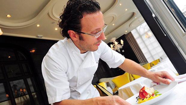 年輕主廚查諾尼相信「有障礙就有機會」,如今他的餐廳已在巴黎闖出名號。
