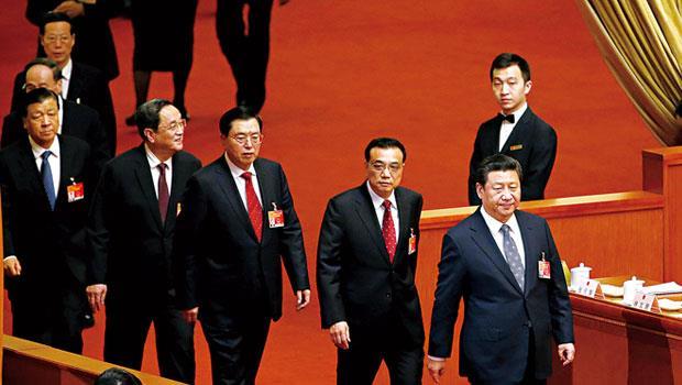 習近平(右1)領著總理李克強(右2)等人召開中國最重要的「兩會」,今年會中的諸多發言,刻畫出前所未有的權力格局。