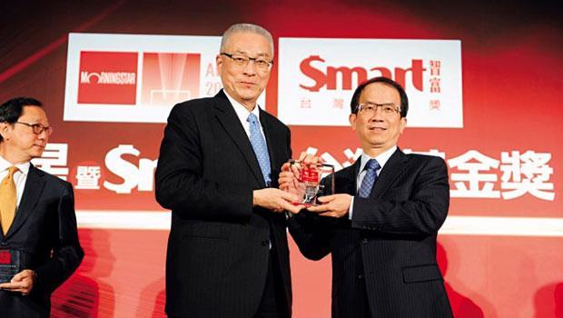 復華投信總經理周輝啟(右)從吳敦義副總統手中拿下團隊研究獎獎牌,這是復華投信8年來拿到的第7座Smart 智富台灣基金獎團隊研究獎。