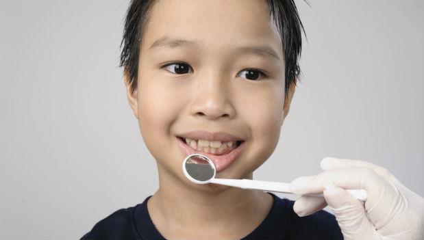 孩子蛀牙了,怎麼辦》爸媽的煩惱:塗氟、吃氟錠,安全嗎?