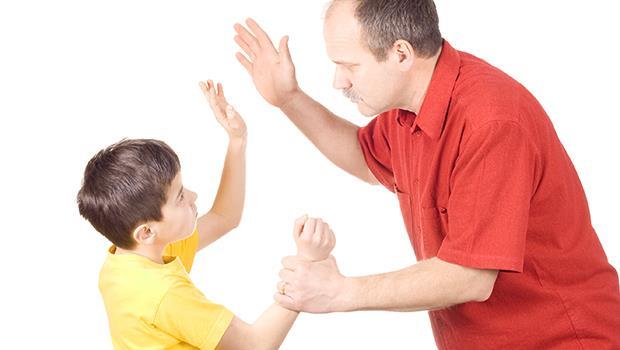那天,我看著5歲大的兒子緊握著水果刀...》一個「幡然悔悟」爸爸的自白