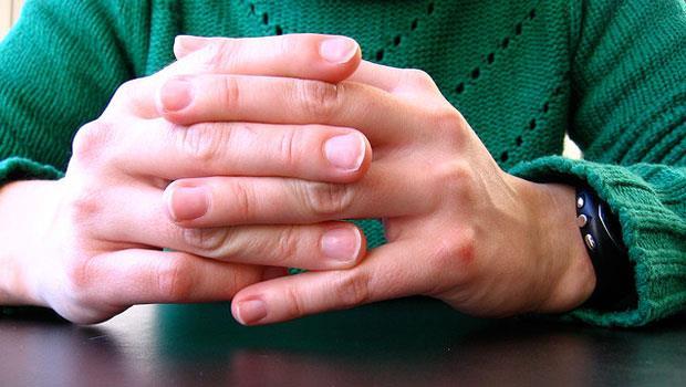讓手指關節發出啪嗒聲響,手指會變粗是真的嗎?醫學博士有解