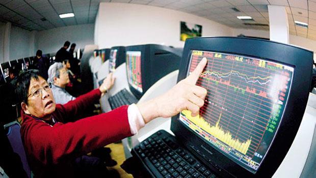 一路漲的中國股市,除了大媽瘋炒股,每月更吸引數百萬新股民開戶,當中半數以上低學歷,甚至是文盲。