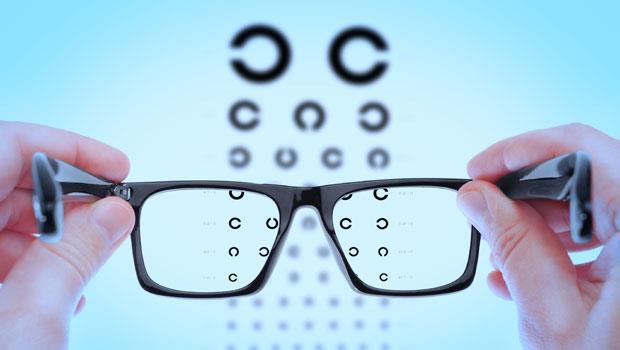 視線越來越模糊......?眼科醫師:2個方法搶救剩餘視力!