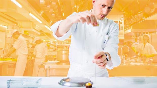 亞都麗緻巴黎廳1930主廚 Clément Pellerin 正專注製作其創作料理「三味沉迷鴨肝」。