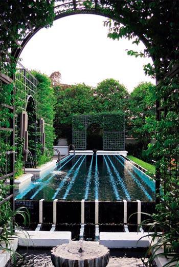 位於昭披耶河畔的泳池,也如花園裡的美麗噴水池一般,徜徉其中讓人忘卻煩憂。