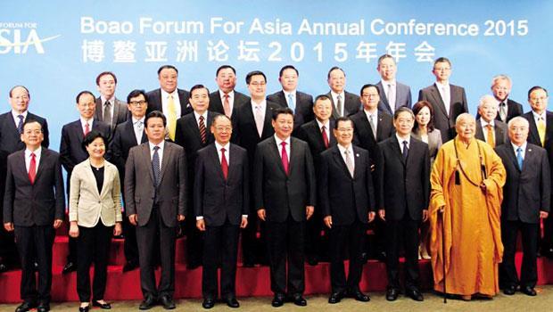 2015 年博鰲亞洲論壇,兩岸共同市場基金會董事長蕭萬長(前排右4)便曾向中國國家主席習近平(前排右5)提出加入亞投行意願。
