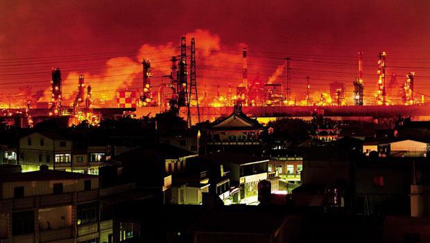 龐大污染排放讓高屏地區成為台灣7個空氣品質區中,唯一臭氧、總懸浮微粒兩項都不符合空氣品質標準的地區。圖為長年被工廠夜排廢氣荼毒的高雄大林蒲村落。