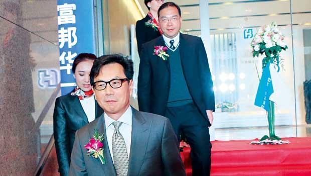 富邦金控董事長蔡明忠(前)在中國積極動作,一邊備妥銀彈打數位金融戰,一邊持續設實體分行,目標年底前要達20家。