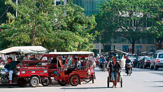 柬埔寨金邊市,街上四處可見賓士、凌志與勞斯萊斯穿梭其中,現在只要會「鑽」,就能發財。