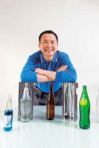 「我是小魚缸裡的大魚!」近30年來,上莊總經理林裕森生產過逾萬種不同玻璃模具,是市面不少玻璃瓶飲品的推手。