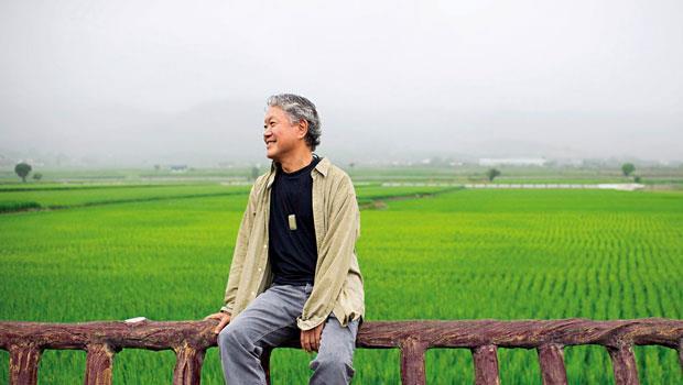 蔣勳在池上找回自然節氣,跟著農民日出而作,日落而息。小滿將至,他親眼所見,一粒粒稻穗逐漸豐盈飽滿,這是身在台北無法感受的節氣與晨昏變化。