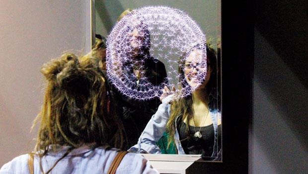 「種子鏡像」利用尋常鏡子結合人臉辨識技術,透過偵測笑容改變蒲公英盛開的樣貌,每個在現場體驗的人都在鏡子前留下開心笑。
