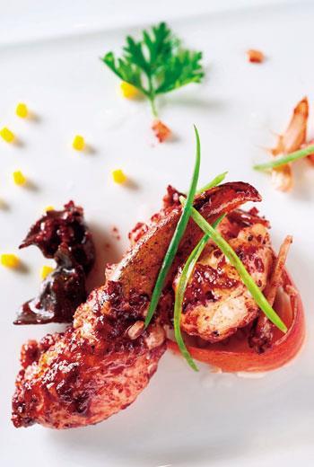「紅糟龍蝦」所用的紅糟是南門市場的老滋味,過去宮廷裡沒有龍蝦,紅糟會搭配一般的蝦料理。