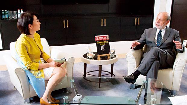 柏南奇(右)接受《商業周刊》總編輯郭奕伶(左)與團隊專訪