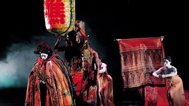 「步行」是《醮》動作的中心軸,由此繁化出豐富的身體風景,為這支儀式舞蹈建構最重要的美學形式─藝術評論家 王墨林