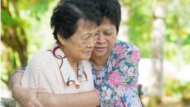 爸媽整天抱怨「記性差、全身痛」,別以為是老化!你該注意的「老年憂鬱症」3徵兆
