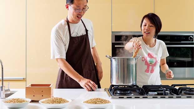 為推動台灣黃豆復耕,黃學緯(圖左)十餘年來致力豆腐製作與教學,學員羅敏真(圖右)即將於台中開設社區豆腐坊。