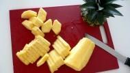不知道怎麼切整顆鳳梨?達人教你「3步驟」就能輕鬆切、完整去皮