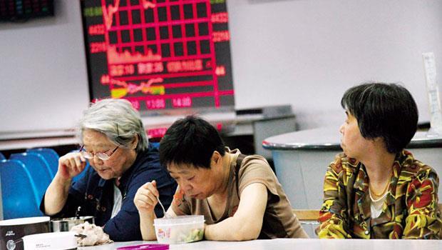 中國大媽的資金在政府降息、其他投資工具失靈下,全被引往股市。這群大媽買股廢寢忘食,連吃飯都在號子解決。