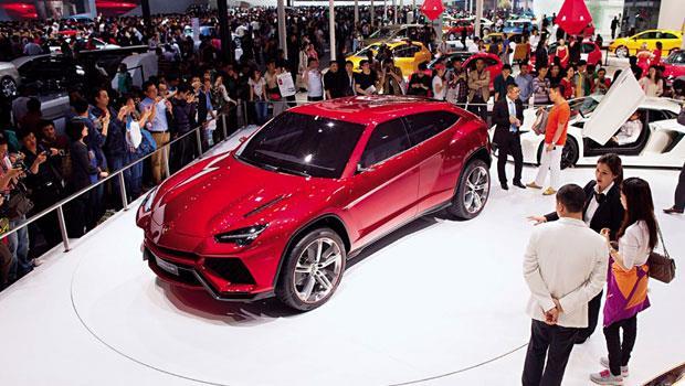 藍寶基尼看好中國市場,2012 年選在北京首度展示野牛原型休旅車,外觀保持跑車的流暢線條,吸引大批民眾圍觀。