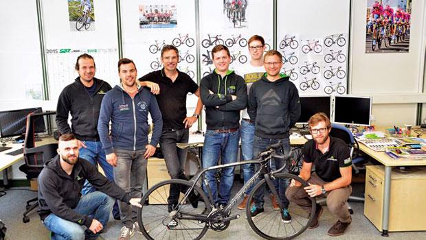 美利達的德國研發中心,牆上貼滿各式自行車照片,產品部總經理約根佛克(右5)是讓這個秘密基地,每年產出800個新款車的靈魂人物。