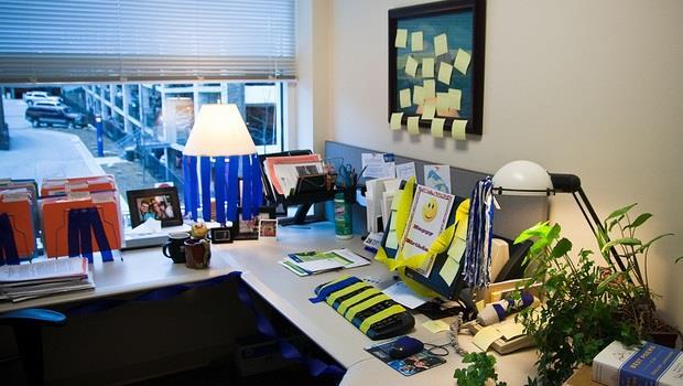 牡羊選鏡框、金牛擺盆栽、雙子放香水》12星座「辦公室幸運物」大解析!